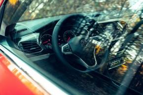 Volkswagen T-Cross- interiér, detail prístrojová doska, pohľad cez okno- oranžová farba