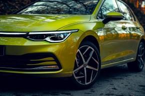 Volkswagen Golf- trojštvrťový pohľad spredu, detail predná maska, svetlo- žltá farba