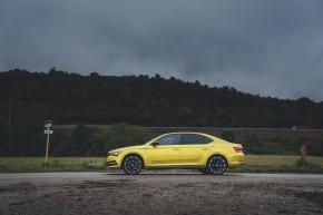 ŠKODA Superb- pohľad zboku- žltá farba