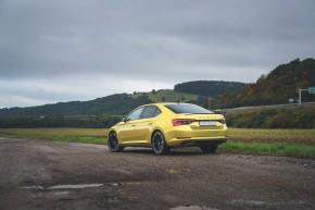 ŠKODA Superb- trojštvrťový pohľad zozadu- žltá farba