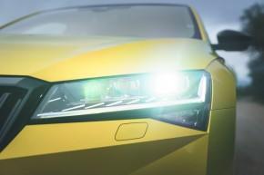 ŠKODA Superb- pohľad spredu, detail predné svetlo- žltá farba