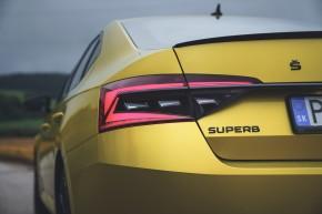 ŠKODA Superb- pohľad zozadu, detail zadné svetlo- žltá farba