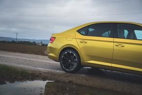 ŠKODA Superb- pohľad zboku, detail zadné koleso, disk- žltá farba