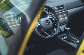 ŠKODA Superb- interiér, detail volant, pohľad cez okno- žltá farba