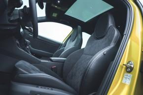 ŠKODA Superb- interiér, detail predné sedadlá- žltá farba