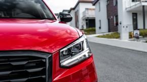 Audi Q2 červená farba svetlo