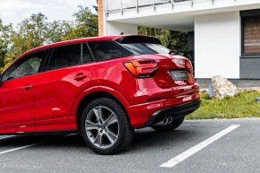 Audi Q2 červená farba kufor