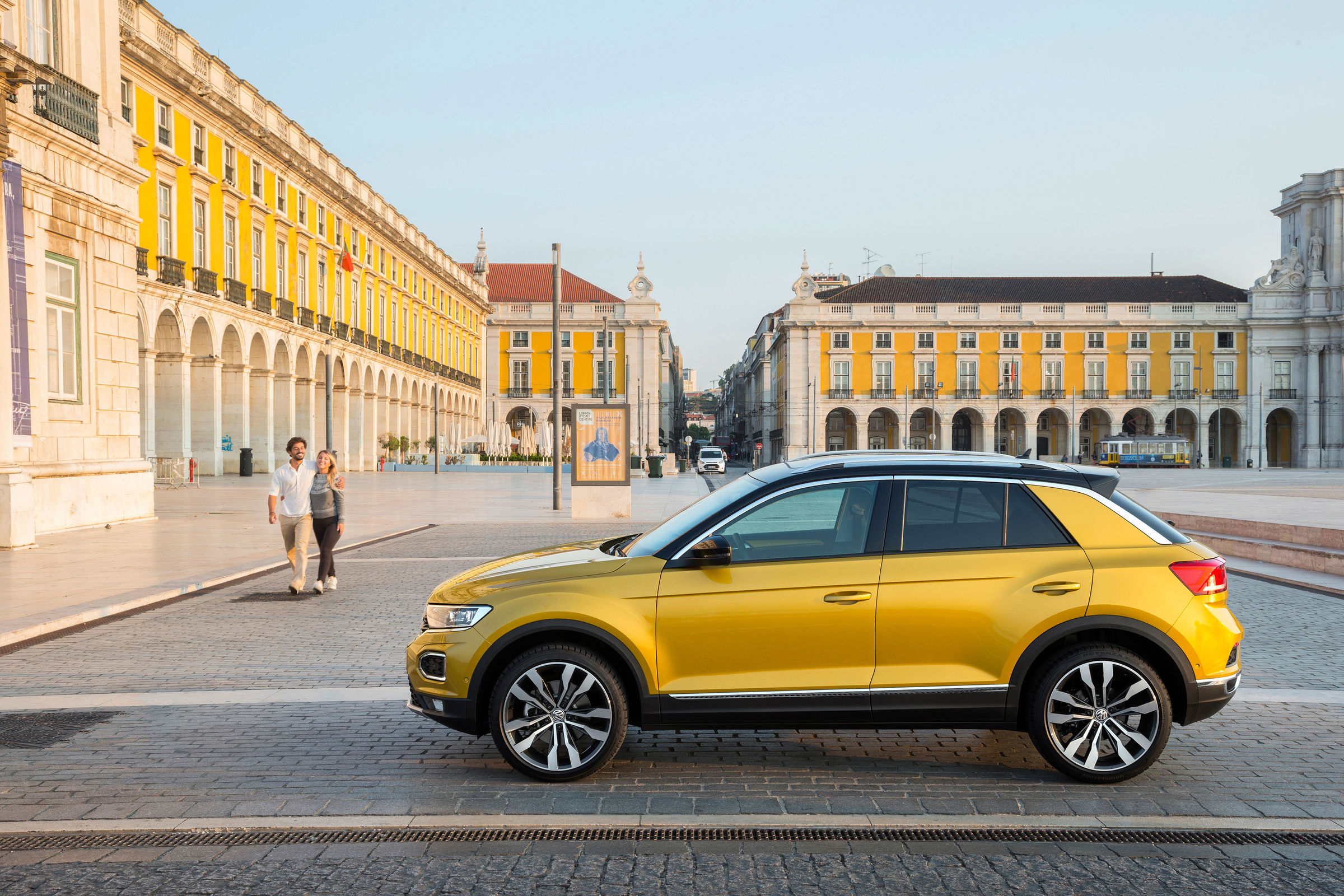 Žltý VW T-roc v meste