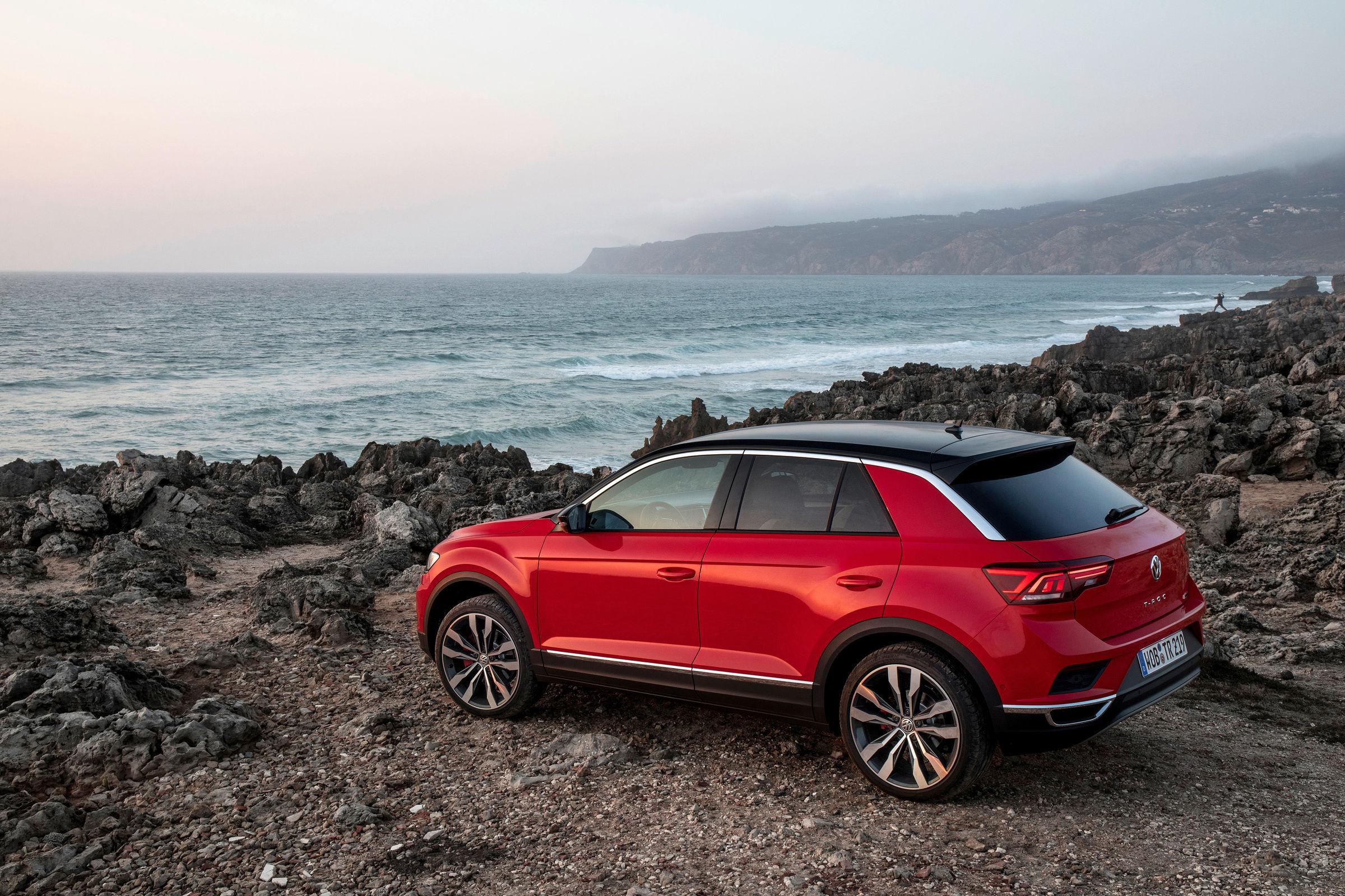 Červený Volkswagen T-roc na pobreží